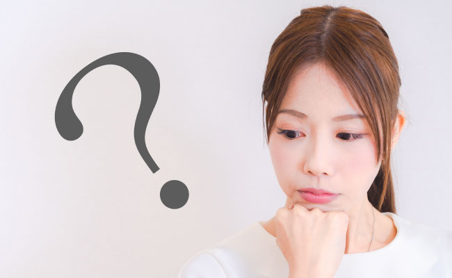 皮膚科か美容皮膚科か考える女性