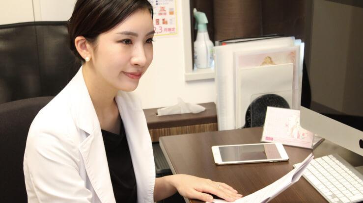 藤井聡美先生に話を伺っている写真