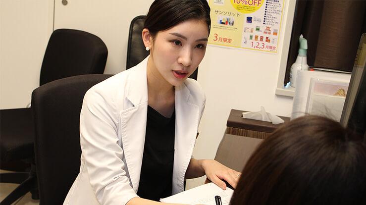 藤井聡美先生と質問するスタッフ