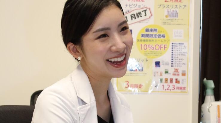 笑顔で答える藤井先生