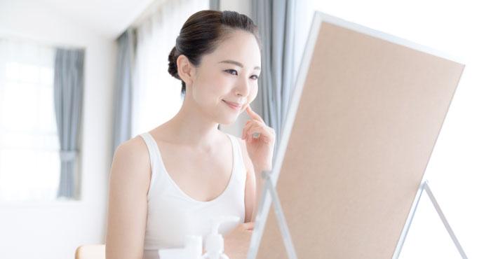 シミの状態を鏡で見る女性